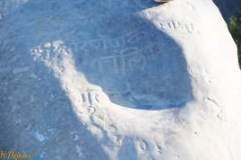 texte en Sanscrit dans la partie creuse du Menhir